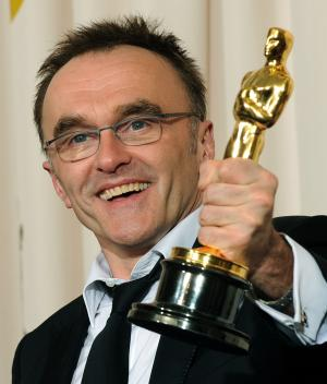 "Director Danny Boyle holds his Oscar for best director for his film ""Slumdog Millionaire"" backstage at the 81st Academy Awards in Hollywood on February 22, 2009.   (UPI Photo/Jim Ruymen)"
