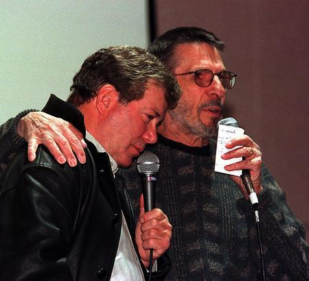 Leonard Nimoy and William Shatner greet thousands of fans at a Star Trek Convention  (si sto seguendo la serie in TV, io ho visto la prima serie la prima volta che la trasmisero in TV) dans immagini L