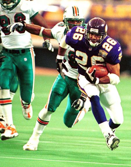 MIN2000091005-10 SEPTEMBER 2000-MINNEAPOLIS, MINNESOTA, USA: Vikings running
