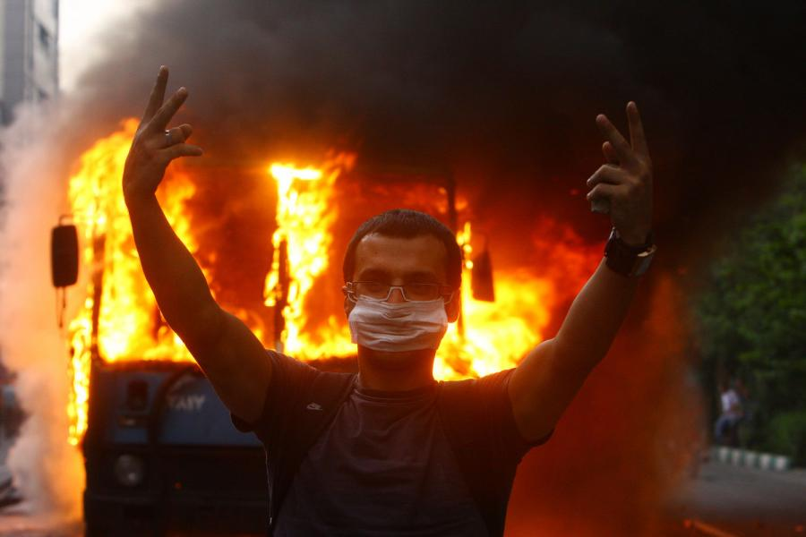 https://photos.upi.com/slideshow/full/fd355a5a15c812f22697de84e09714ca/Post-Election-Riots-in-Iran.jpg